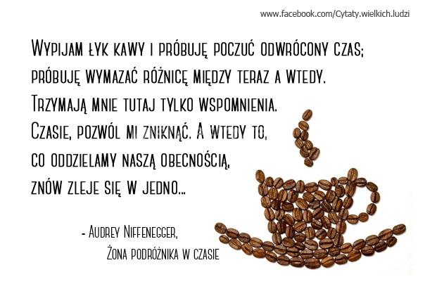 Wypijam łyk kawy i próbuję poczuć odwrócony czas...